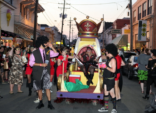The Krewe of OAK rolls on Oak Street. (UptownMessenger.com)