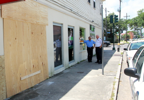 NOPD Commander Bob Bardy (right) confers with Officer Garry Flot outside the 59 Designz salon on LaSalle Street. (Robert Morris, UptownMessenger.com)