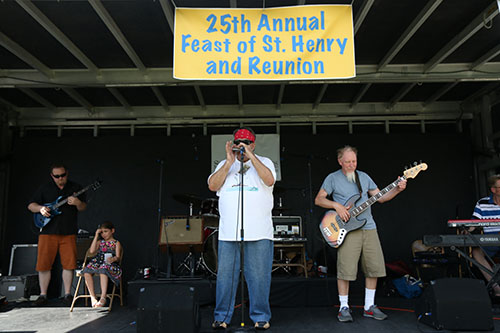 J'Monque'D Blues Band provided the entertainment for Saturday's block party. (Zach Brien, UptownMessenger.com)