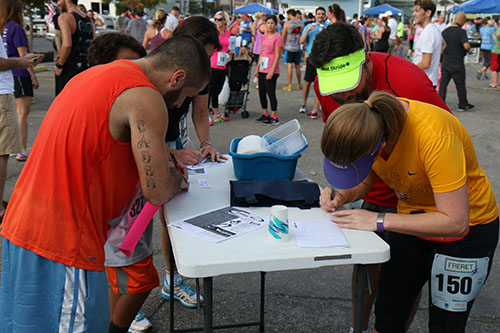 Runners logged their scores. (Zach Brien, UptownMessenger.com)