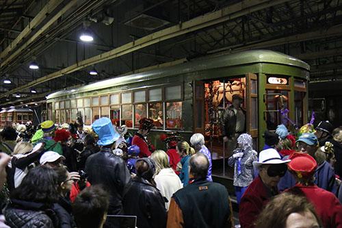 Crowds gathered in the Oak Street barn (Zach Brien, UptownMessenger.com)