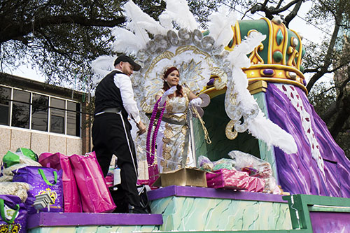 "The queen of Alla, Lauren ""Fleurty Girl"" LeBlanc, throws beads from her float. The Krewe of Alla was one of four parades to roll Sunday afternoon Uptown. (Zach Brien, UptownMessenger.com)"