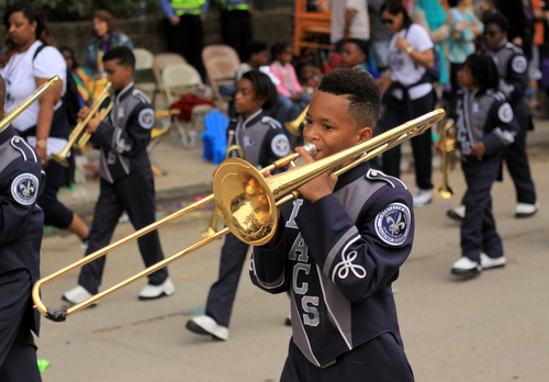 Lafayette Academy Charter School performs in the Krewe of Choctaw on Napoleon Avenue. (Robert Morris, UptownMessenger.com)